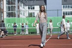 [포토] 테니스 코트에 금발 노출녀 등장