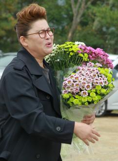 [포토] 故최진실 추모식..이영자 '꽃이 예쁘죠'