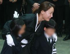 [포토] 남편 신해철 떠나보내는 부인 윤원희씨