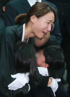 [포토] '참을수 없는 슬픔' 故 신해철 부인 윤원희
