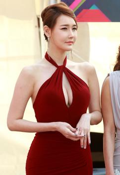 [포토] 레이싱 모델 이효영, 아슬아슬한 절개 드레스 자태 '돋보이는 볼륨감'