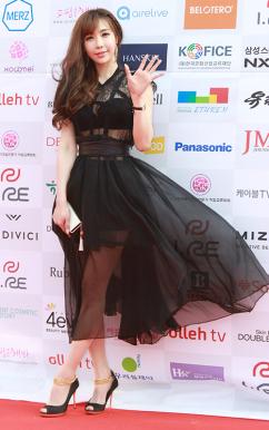 [포토] 레이싱 모델 조세희, '바람에결에 날리는 블랙 시스루 드레스'