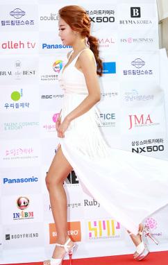 [포토] 모델 이다희, '드레스 사이로 걸을때 마다 빛나는 구릿빛 각선미'