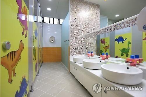 회색빛 학교를 화사하게 업그레이드…화장실도 양변기로 ...